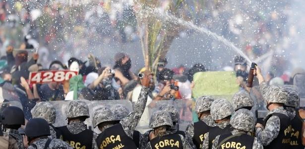 Policiais afastam manifestantes com spray de pimenta no confronto do último sábado em Belo Horizonte
