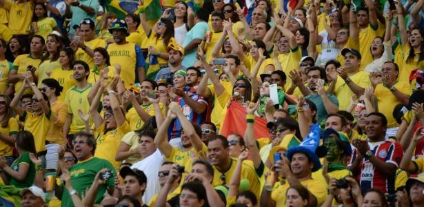 Torcida do Brasil faz festa antes de jogo contra a Itália