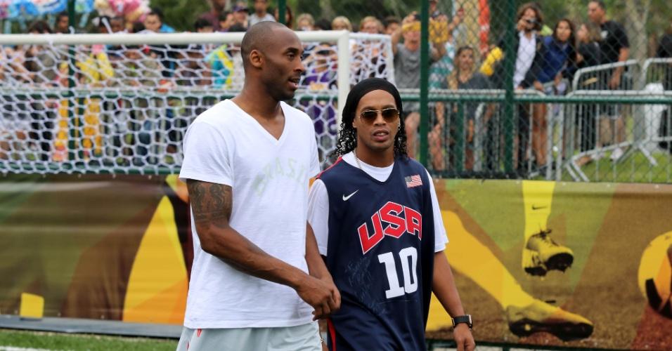 23.jun.2013 - Kobe Bryant (e) e Ronaldinho Gaúcho conversam durante torneio de futebol no Aterro do Flamengo, zona Sul do Rio de Janeiro