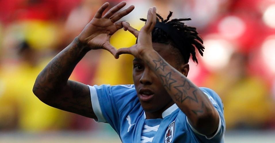 23.jun.2013 - Com tatuagens no braço, uruguaio Abel Hernandez comemora ao marcar seu gol contra o Taiti