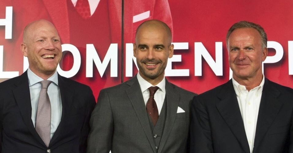 24.jun.2013 - Josep Guardiola (c) posa ao lado de Mathias Sammer (e) e Karl-Heinz Rummenigge durante sua apresentação oficial no Bayern de Munique
