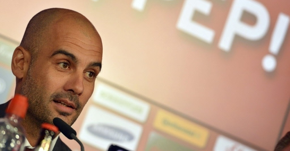 24.jun.2013 - Josep Guardiola concede entrevista coletiva durante sua apresentação oficial no Bayern de Munique