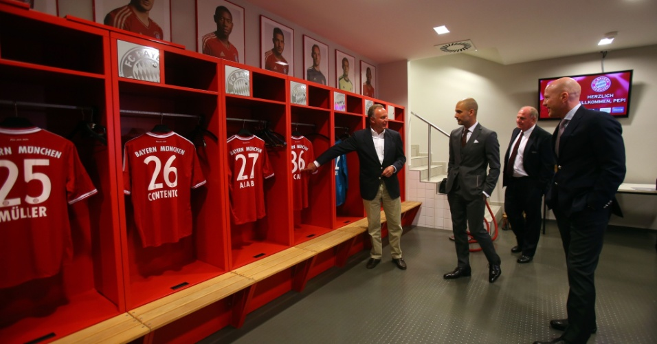 24.jun.2013 - Josep Guardiola conhece os vestiários do Allianz Arena após sua apresentação oficial no Bayern de Munique
