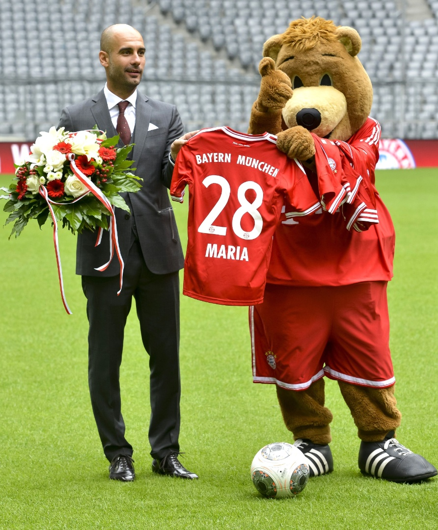 24.jun.2013 - Josep Guardiola ganha camisa do Bayern de Munique de presente