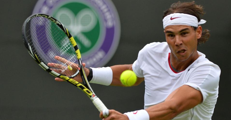 24.jun.2013 - Rafael Nadal faz devolução em sua estreia em Wimbledon contra Steve Darcis