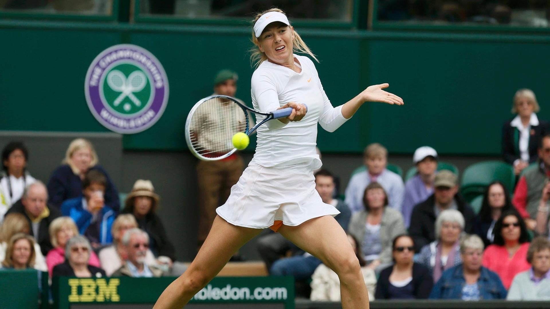 24.jun.2013 - Russa Maria Sharapova faz devolução na partida contra a francesa Kristina Mladenovic