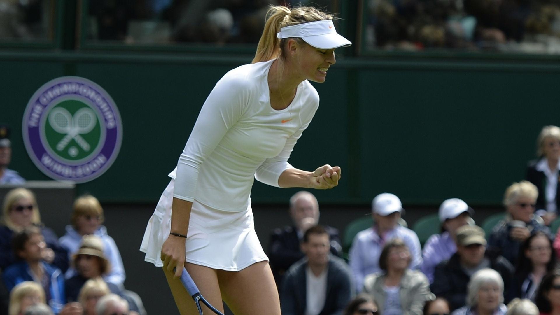 24.jun.2013 - Russa Maria Sharapova vibra com ponto contra a francesa Kristina Mladenovic em sua estreia em Wimbledon