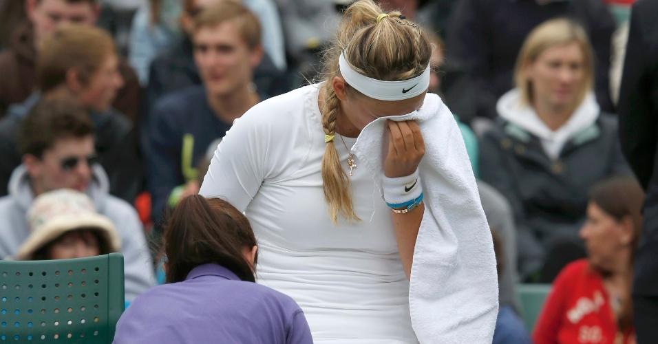 24.jun.2013 - Victoria Azarenka chora de dor durante atendimento médico após sofrer entorse no joelho direito