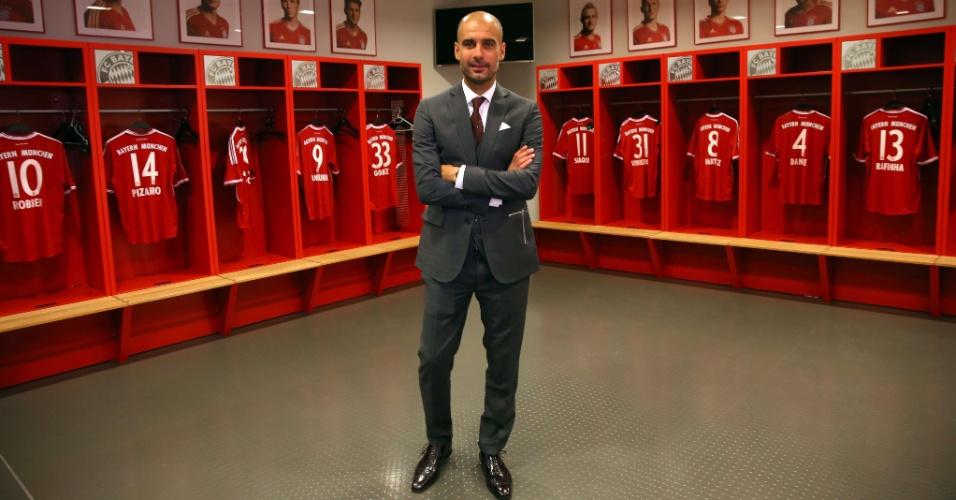 24.jun.2013 -Josep Guardiola posa no vestiário do Allianz Arena após ser apresentado oficialmente pelo Bayern de Munique