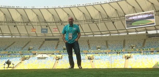 Comentarista espanhol Julio Maldonado posa para foto dentro do gramado do Maracanã