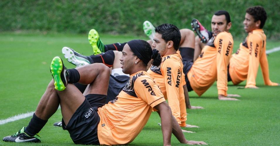 25 jun 2013 - Ronaldinho Gaúcho faz exercícios físicos juntamente com companheiros do Atlético-MG