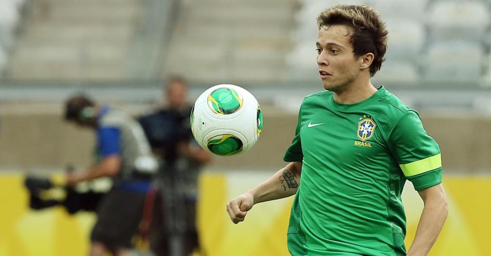 25.jun.2013 - Bernard controla bola durante treino da seleção brasileira no Mineirão