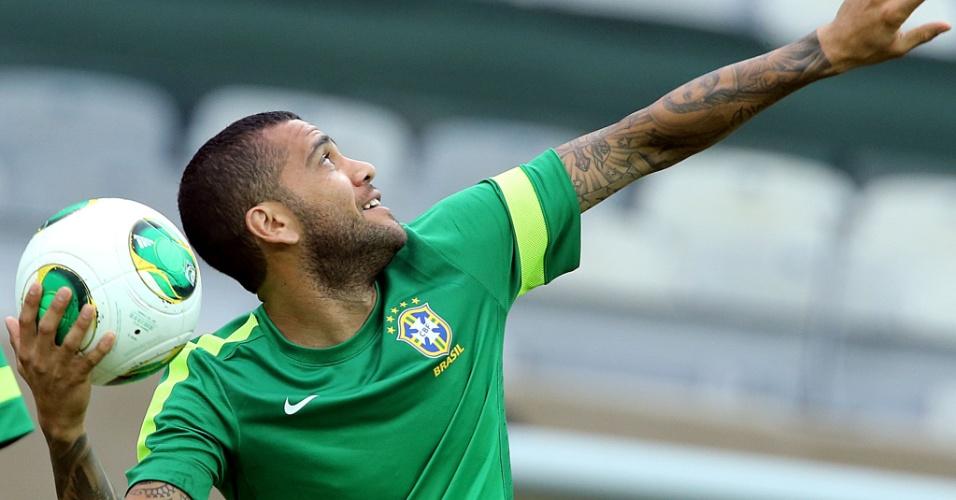 25.jun.2013 - Daniel Alves se prepara para arremessar bola durante treino da seleção brasileira no Mineirão