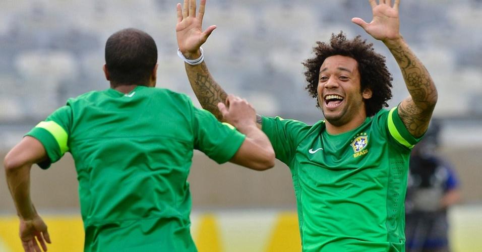25.jun.2013 - Marcelo brinca durante treino da seleção brasileira