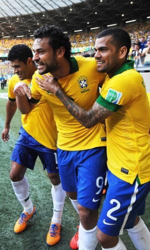 26.jun.2013 - Acompanhado por Hulk (e) e Daniel Alves (d), Fred comemora ao abrir o placar para o Brasil no Mineirão; Brasil venceu por 2 a 1 e se classificou para a final da Copa das Confederações