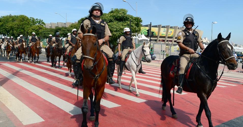 26.jun.2013 - Segurança é reforçada no entorno do Mineirão, que às 16h receberá o duelo Brasil x Uruguai; a polícia se prepara para conter o avanço das manifestações em Belo Horizonte