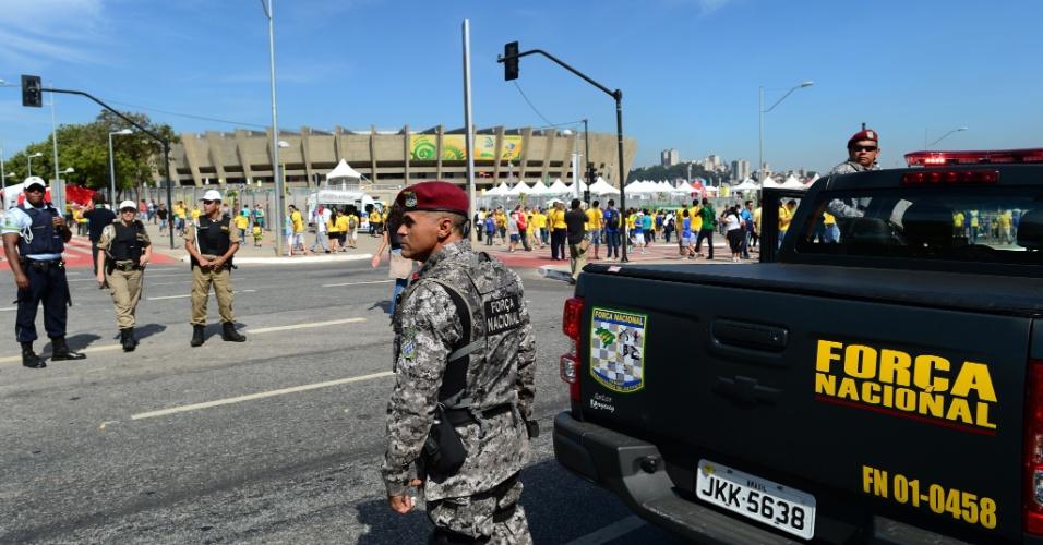 26.jun.2013 - Agentes da Força Nacional fazem a segurança no entorno do Mineirão, que às 16h receberá o duelo Brasil x Uruguai; a polícia se prepara para conter o avanço das manifestações em Belo Horizonte