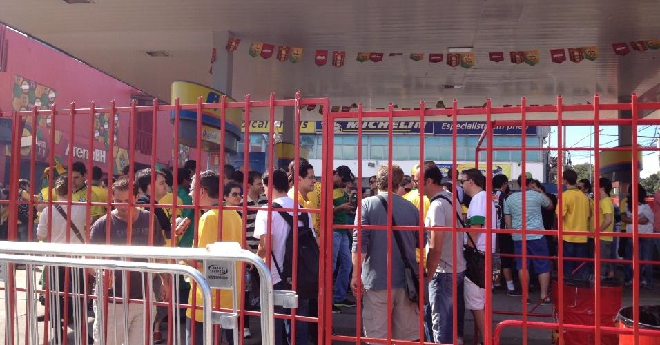 26.jun.2013 - Bar improvisado dentro de um posto de gasolina em frente ao Mineirão; torcedores fazem um