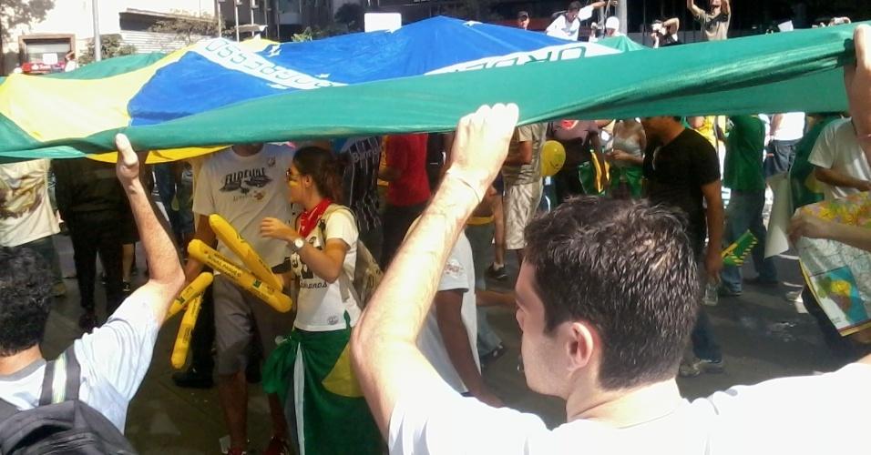 26.jun.2013 - Cerca de cinco mil pessoas se encontram em praça de Belo Horizonte para protesto nesta terça