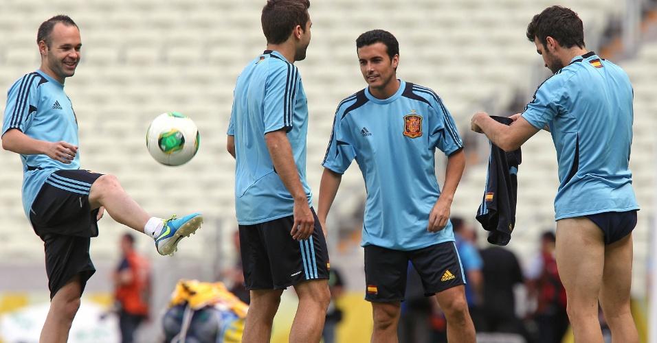 26.jun.2013 -  Fàbregas tira o calção durante treino da Espanha em Fortaleza