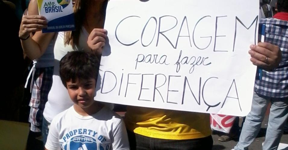 26.jun.2013 - Família protesta junta em ato contra a Copa, antes de Brasil x Uruguai no Mineirão