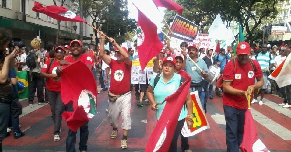 26.jun.2013 - Grupo do MST chega à Praça Sete de Setembro e engrossa manifestação em Belo Horizonte