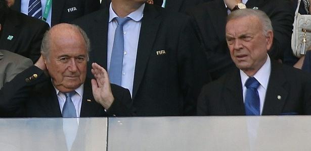 Blatter e Valcke assistem ao jogo entre Brasil e Uruguai no Mineirão