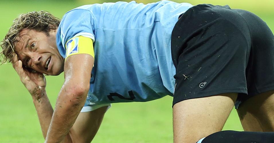26.jun.2013 - Lugano fica caído no gramado em lance da partida entre Brasil e Uruguai no Mineirão