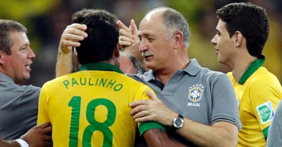 26.jun.2013 - Luiz Felipe Scolari parabeniza Paulinho, autor de um dos gols da vitória brasileira sobre o Uruguai por 2 a 1 na semi da Copa das Confederações