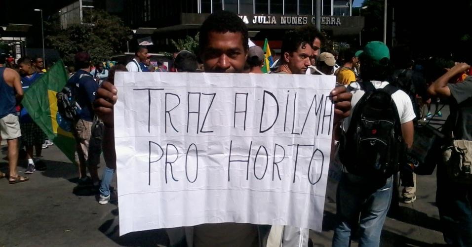 26.jun.2013 - Manifestante usa a fama do estádio Independência para protestar contra a presidente Dilma Rousseff na praça Sete de Setembro, em Belo Horizonte