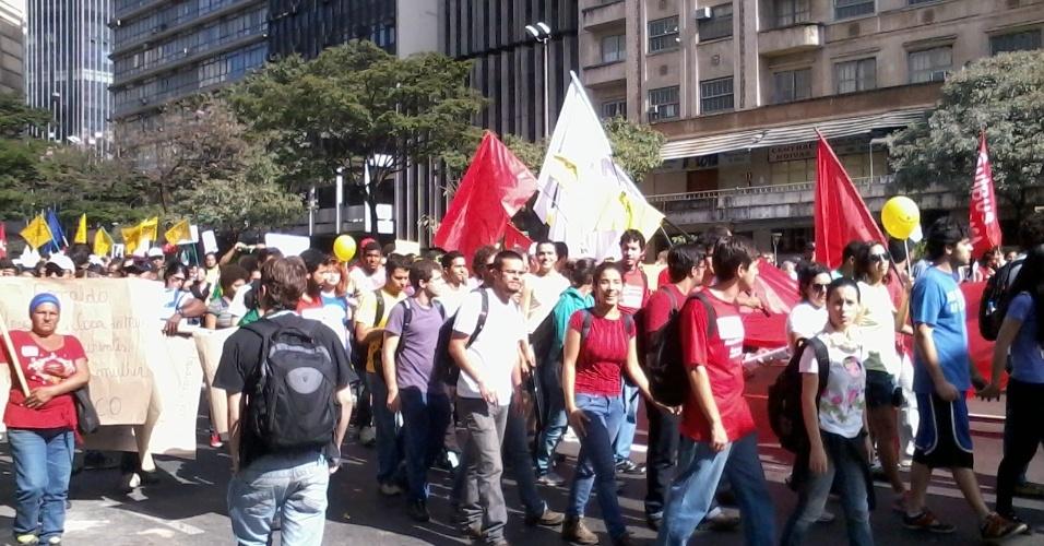 26.jun.2013 - Manifestantes marcham na Avenida Afonso Pena rumo ao Mineirão; às 16h, o estádio recebe o duelo entre Brasil e Uruguai pela Copa das Confederações