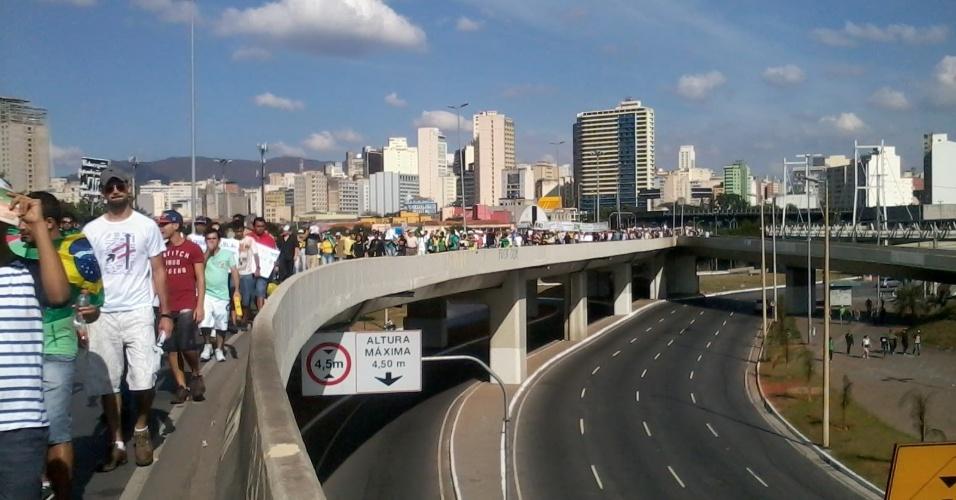 26.jun.2013 - Manifestantes marcham rumo ao Mineirão; às 16h, o estádio recebe o duelo entre Brasil e Uruguai pela Copa das Confederações
