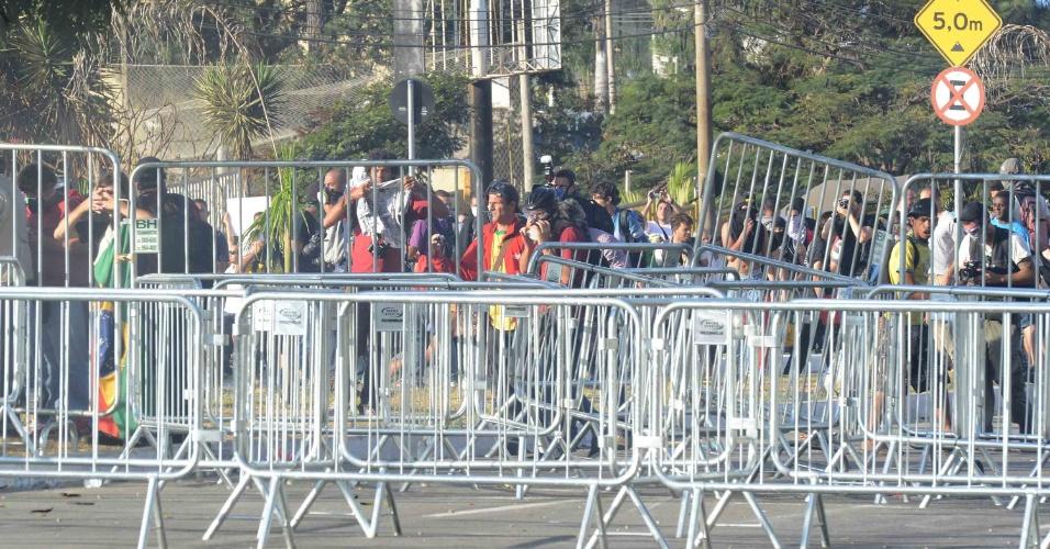 26.jun.2013 - Manifestantes quebram grade colocada pela polícia para manter protesto violento distante do Mineirão; A colocação das grades é parte de um acordo firmado na terça-feira à noite entre o governador Antonio Anastasia e líderes dos manifestantes no Palácio da Liberdade