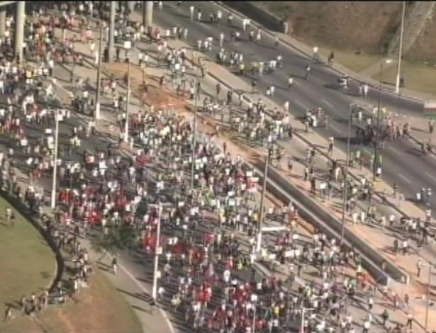 26.jun.2013 - Manifestantes se dirigem ao Mineirão durante jogo entre Brasil e Uruguai