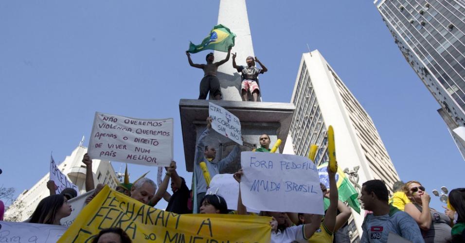 26.jun.2013 - Manifestantes se reúnem na Praça Sete de Setembro e iniciam marcha em direção ao Mineirão