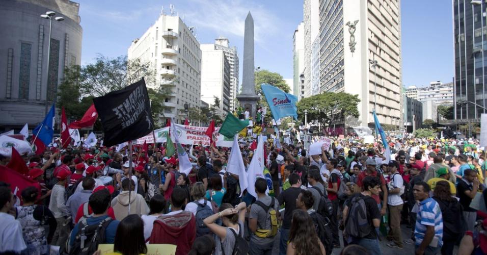 26.jun.2013 - Manifestantes se reúnem na Praça Sete de Setembro e marcham em direção ao Mineirão
