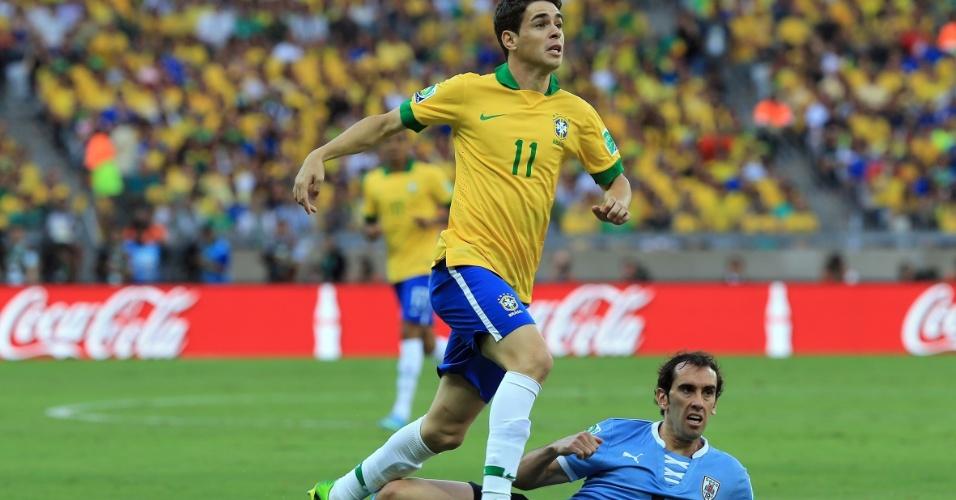 26.jun.2013 - Oscar pula para escapar da falta de Godin em lance da partida no Mineirão; Brasil venceu por 2 a 1 e se classificou para a final da Copa das Confederações