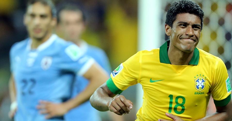 26.jun.2013 - Paulinho parte para a comemoração ao fazer o segundo gol do Brasil contra o Uruguai; Brasil venceu por 2 a 1 e se classificou para a final da Copa das Confederações