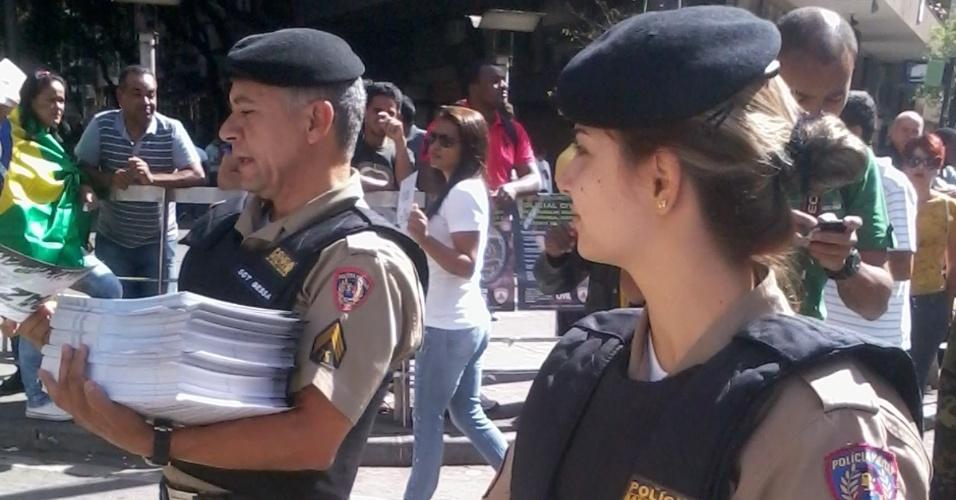 26.jun.2013 - Policiais entregam panfletos pedindo paz aos manifestantes durante protesto na Praça Sete de Setembro, em Belo Horizonte. O panfleto ainda tem o mapa dos bloqueios ao Mineirão