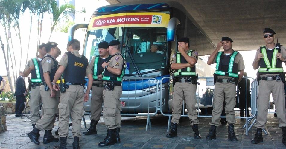 26.jun.2013 - Policiais protegem ônibus que levará a delegação brasileira do hotel para o Mineirão; Brasil enfrenta o Uruguai nesta quarta, mas manifestações prometem agitar Belo Horizonte