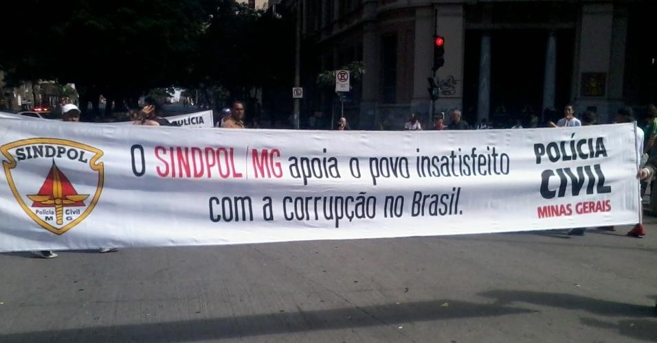 26.jun.2013 - Sindicato dos Policiais de Minas Gerais exibe faixa de apoio às manifestações durante protesto na Praça Sete de Setembro, em Belo Horizonte
