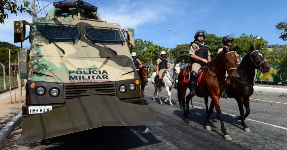 26.jun.2013 - Tanques e cavalaria fazem segurança no entorno do Mineirão horas antes do duelo entre Brasil e Uruguai; manifestantes devem promover protestos em Belo Horizonte nesta quarta