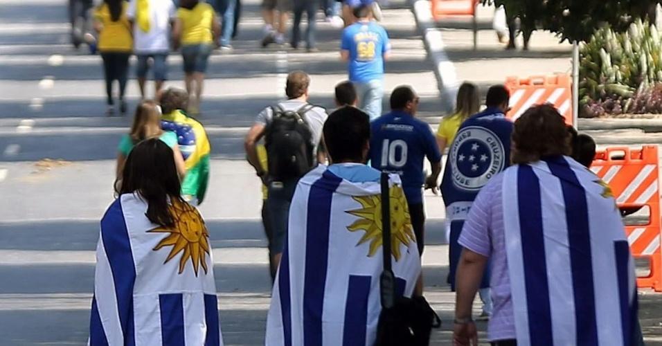 26.jun.2013 - Torcedores chegam ao Mineirão para acompanhar a semifinal da Copa das Confederações entre Brasil e Uruguai