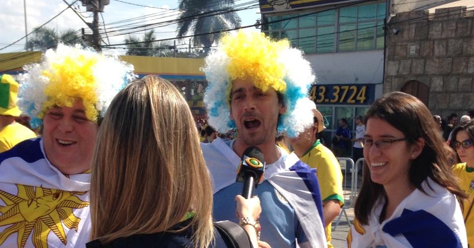 26.jun.2013 - Torcedores com as cores do Uruguai vão de peruca ao Mineirão acompanhar a semifinal contra o Brasil