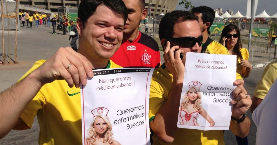 26.jun.2013 - Torcedores ironizam fala de Dilma de trazer médicos estrangeiros ao país e pedem enfermeiras suecas antes de Brasil x Uruguai no Mineirão
