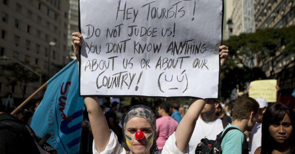 Manifestante na praça Sete de setembro carrega cartaz com frase em inglês (