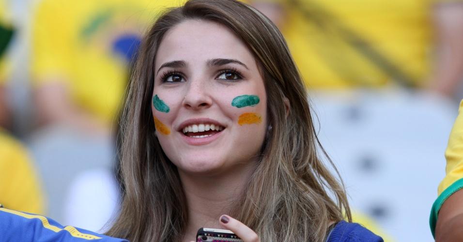 Torcedora aguarda pela semifinal entre Brasil e Uruguai no Mineirão