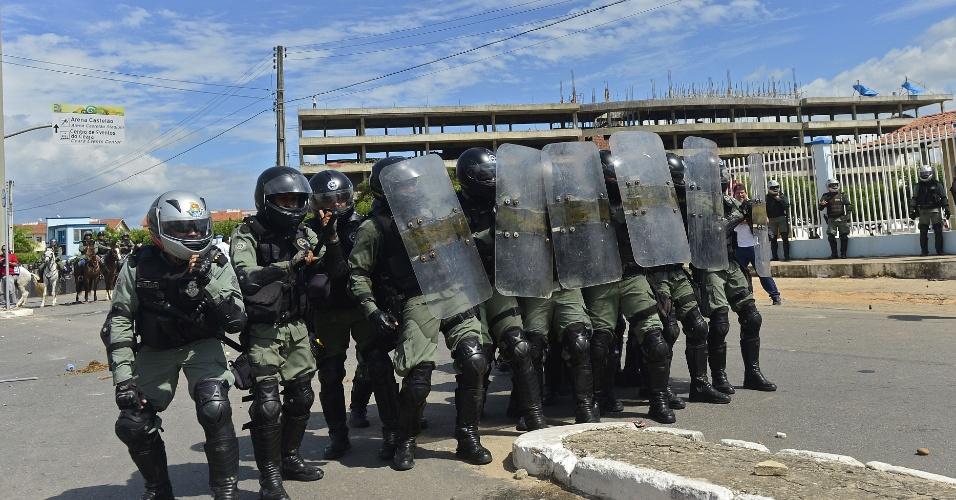 27.jun.2013 - Após um início pacífico de protesto, alguns manifestantes que seguiam rumo ao Castelão começaram a atirar pedras e bombas em direção aos policiais; os oficiais responderam com bombas de gás e de efeito moral