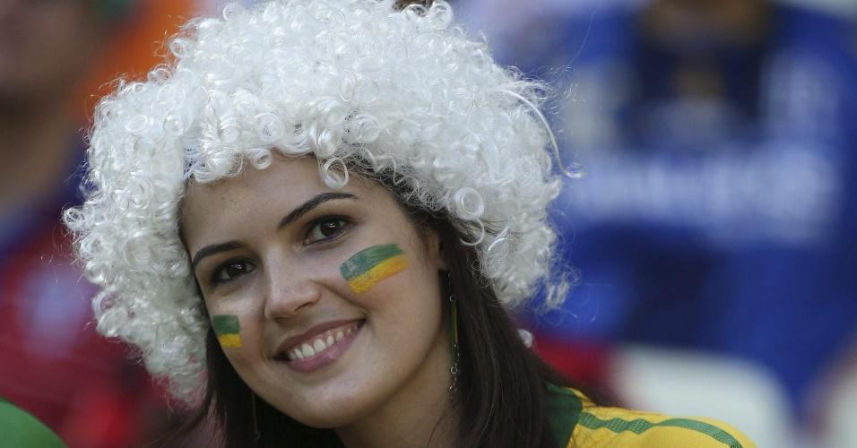 27.jun.2013 - Bela torcedora marca presença no Castelão antes do jogo entre Espanha x Itália