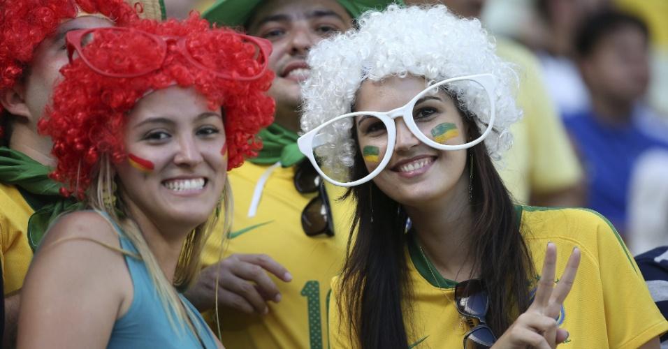 27.jun.2013 - Belas torcedoras marcam presença no Castelão antes do jogo entre Espanha e Itália